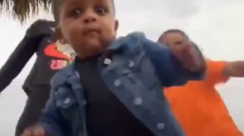 オムツ姿の幼児が、姉と兄のダンス動画に乱入して主役の座を奪う!【映像】