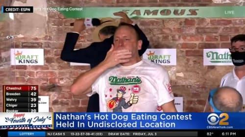 ホットドッグの早食い大会で新記録!米有名フードファイターが10分間で75個を完食