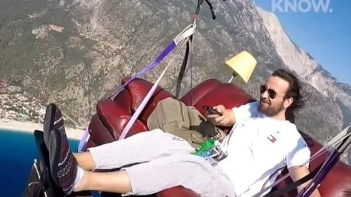 ソファでくつろぎながら空を飛ぶ男性が話題に【映像】