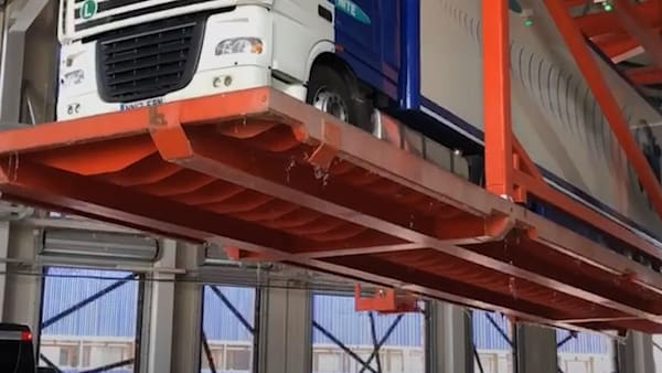Dutch docking system lifts and spins trucks in the air