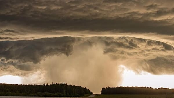 Jaw-dropping hyperlapse of a thunderstorm supercell was filmed over Canada