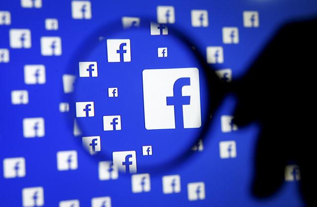 16 Aralık 2015 Saraybosna, Bosna Hersek'te çekilen bu resimde bir adam Facebook logosunun önünde büyüteçle poz veriyor. Facebook Inc Çarşamba günü Messenger uygulamasının kullanıcılarının selamlamasını sağlayacak bir hizmeti test ettiğini söyledi. Uber, bir görüşmeden ayrılmadan veya araç çağırma uygulamasını indirmeden doğrudan uygulamadan yolculuk eder.  .  REUTERS / GÜNÜN Dado Ruvic TPX GÖRÜNTÜLERİ
