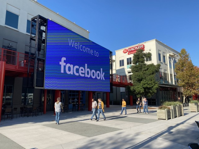 06 November 2019, US, Menlo Park: Employees of the Internet company Facebook walk through the courtyard of the company campus in Menlo Park, California. The building complex used to house the technology group Sun Microsystems, which was taken over by the database manufacturer Oracle in 2010. Photo: Christoph Dernbach/dpa (Photo by Christoph Dernbach/picture alliance via Getty Images)