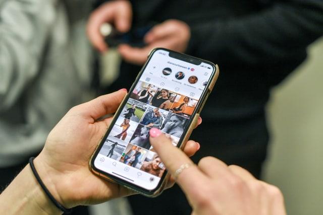 11 Şubat 2020, Berlin: Etkileyici Aslan Aslan, SaferInternet kampanyasının bir parçası olarak AB'nin daha Güvenli İnternet Günü'nde başlattığı klicksafe girişiminin başlangıcında akıllı telefonunda Instagram profilini açtı.  Çocuklar için internet güvenliği konusunda farkındalık yaratmak.  Fotoğraf: Jens Kalaene / dpa-Zentralbild / dpa (Fotoğraf: Jens Kalaene / Getty Images üzerinden resim ittifakı)