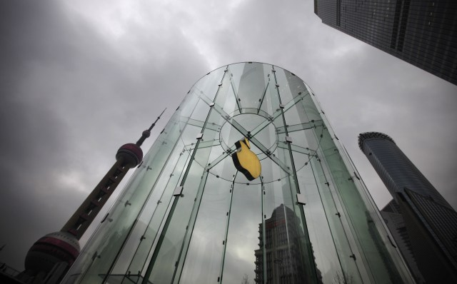 An Apple logo is seen at an Apple store in Pudong, the financial district of Shanghai February 29, 2012.  A long-running legal fight between Apple Inc and a debt-laden Chinese firm over the iPad trademark moved to a higher court on Wednesday, in a potentially decisive hearing that will set a precedent for the rest of mainland China. The Higher People's Court of Guangdong is hearing an appeal by the U.S. firm after a lower court ruled in favour of Proview Technology, which says it owns the trademark in China and is trying to stop sales there of Apple's wildly popular tablet computer. REUTERS/Carlos Barria (CHINA - Tags: BUSINESS SCIENCE TECHNOLOGY CRIME LAW)