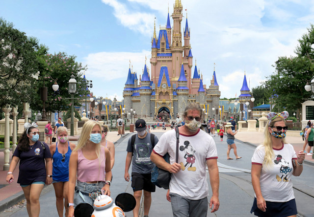 Los visitantes usan máscaras para asistir al día oficial de reapertura del Magic Kingdom en Walt Disney World en Lake Buena Vista, Florida, el sábado 11 de julio de 2020. Disney abrió dos parques de Florida, Magic Kingdom y Animal Kingdom, el sábado con protocolos de capacidad y seguridad limitadas en respuesta a la pandemia de coronavirus. (Joe Burbank/Orlando Sentinel/Tribune News Service via Getty Images)