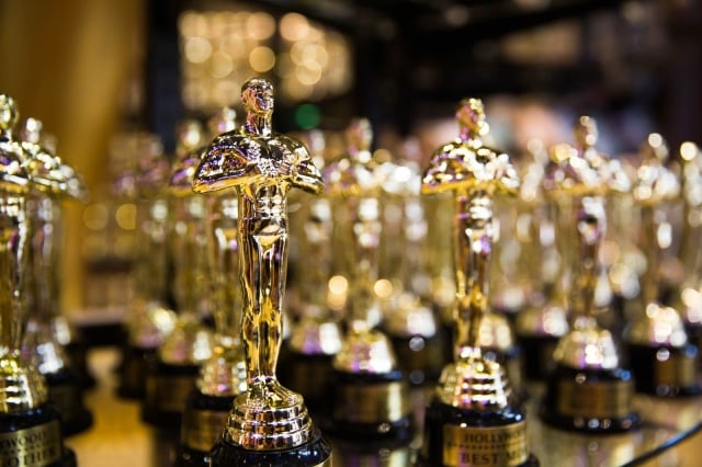 A photo of Oscar statuettes.