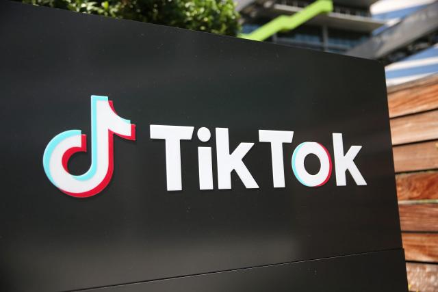 CULVER CITY, KALİFORNİYA - 27 AĞUSTOS: TikTok logosu 27 Ağustos 2020 tarihinde Culver City, California'da bir TikTok ofisinin önünde sergileniyor.  Çin'in sahip olduğu şirketin, Trump yönetiminin kapatma tehditlerinin ardından önümüzdeki haftalarda popüler sosyal medya uygulamasının ABD operasyonlarının satışını duyuracağı bildiriliyor.  (Fotoğraf: Mario Tama / Getty Images)