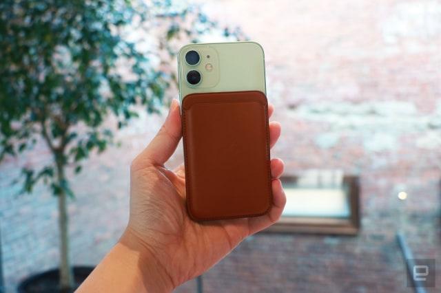 竞彩足球app官方版 iPhone 12 Mini with MagSafe wallet