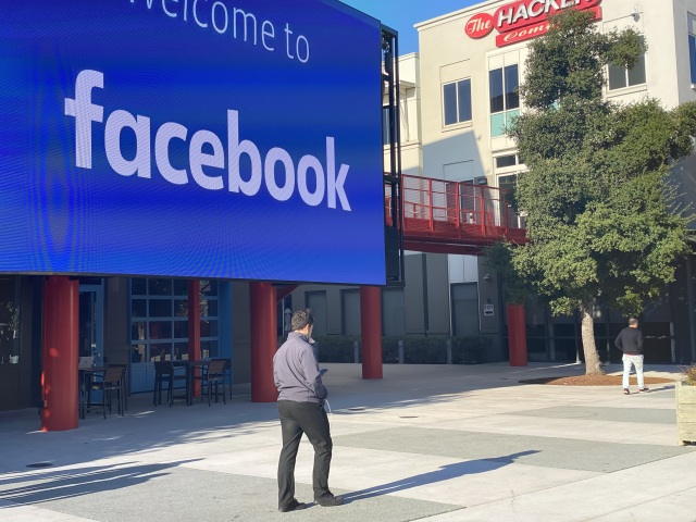 06 November 2019, US, Menlo Park: An employee of the Internet company Facebook walks through the courtyard of the company campus in Menlo Park, California. The building complex used to house the technology group Sun Microsystems, which was taken over by the database manufacturer Oracle in 2010. Photo: Christoph Dernbach/dpa (Photo by Christoph Dernbach/picture alliance via Getty Images)