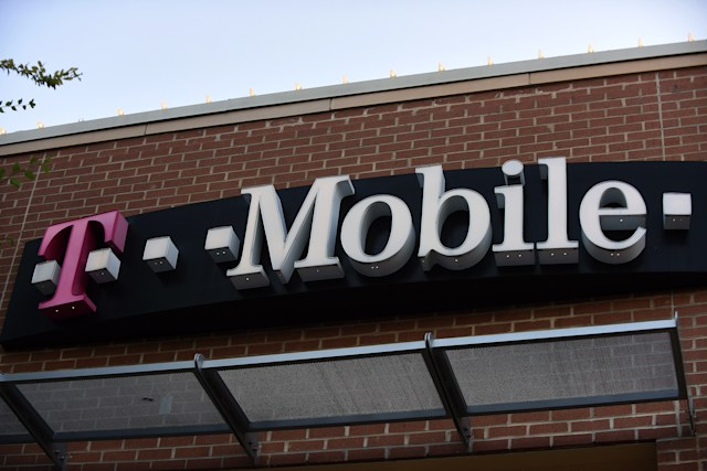 ORLANDO, FLORIDA, UNITED STATES - 2020/06/15: A T-Mobile store is seen in Orlando, Florida as the third largest wireless carrier said it was experiencing a widespread outage knocking out calls and texts for T-Mobile customers across the United States.  It is unclear what caused the issue or when it would be resolved. (Photo by Paul Hennessy/SOPA Images/LightRocket via Getty Images)