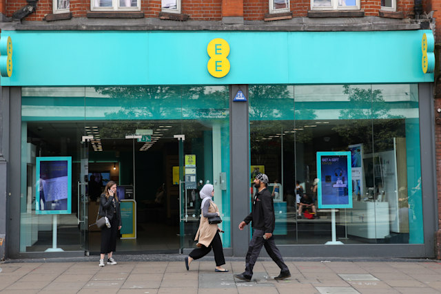 LONDON, UNITED KINGDOM - 2019/08/09: Shoppers walk past the EE mobile phone store in central London. (Photo by Steve Taylor/SOPA Images/LightRocket via Getty Images)