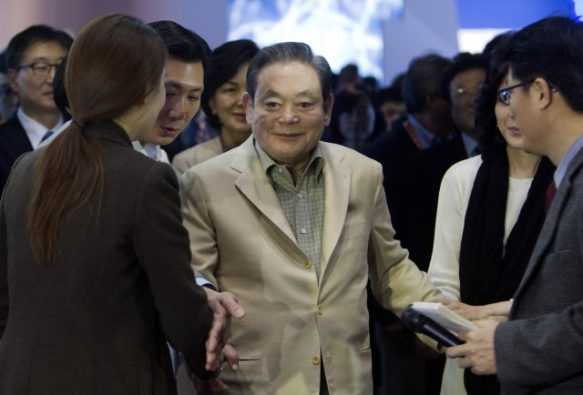 Samsung Electronics Chairman Lee Kun-hee meets with reporters after touring the Samsung booth at the 2012 International Consumer Electronics Show (CES) in Las Vegas, Nevada January 12, 2012. Picture taken January 12, 2012. REUTERS/Steve Marcus (UNITED STATES - Tags: BUSINESS SCIENCE TECHNOLOGY)