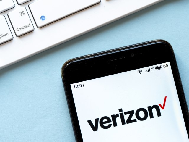 UKRAINE - 2020/03/19: In this photo illustration a Verizon logo seen displayed on a smartphone. (Photo Illustration by Igor Golovniov/SOPA Images/LightRocket via Getty Images)