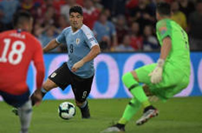 Zum Schießen: Torwart hält - Luis Suarez fordert Handelfmeter