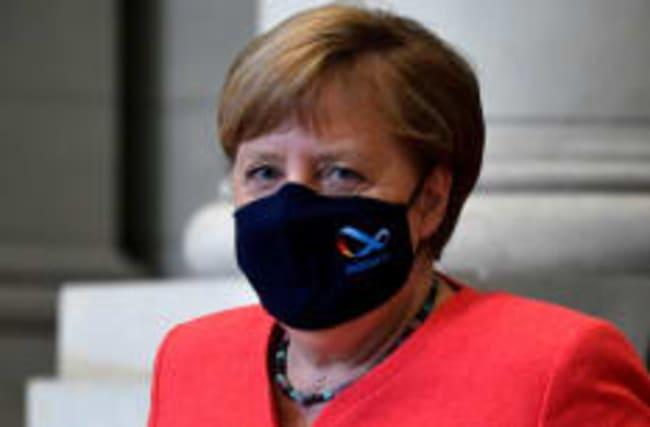 Angela Merkel jetzt auch mit Maske unterwegs
