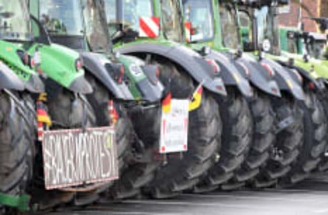 Bauern-Demo mit 700 Treckern legt Kiel lahm
