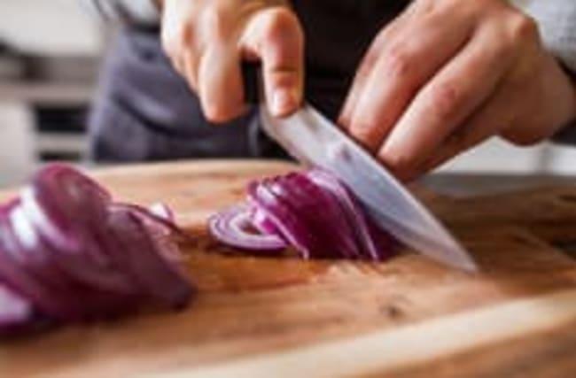 Zwiebeln schneiden ohne Tränen: So geht's