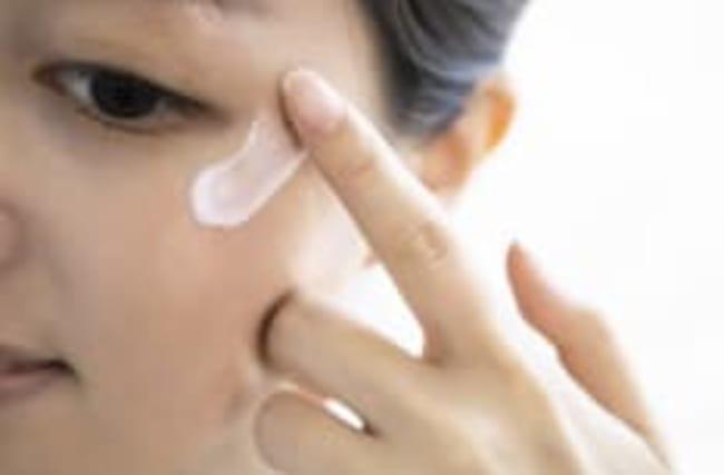 Nur zwei Zutaten: Augencreme für 1,25 Euro selbst mischen