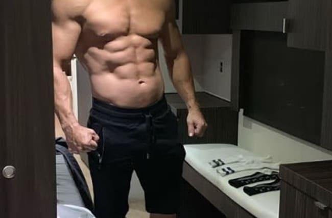「年齢なんてただの数字」マーク・ウォールバーグが筋肉ムキムキの上半身を披露!