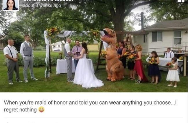姉の結婚式に妹がティラノサウルス姿で出席!?