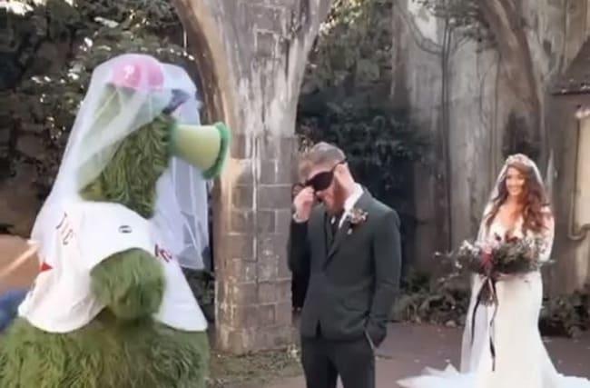 MLBの人気マスコットがファンの結婚式にサプライズ登場!【映像】