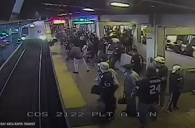 勇敢な駅員が、ホームから転落した男性を間一髪で救出!【映像】
