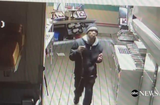 深夜のファストフード店に侵入した男が、キッチンで大胆にくつろぐ