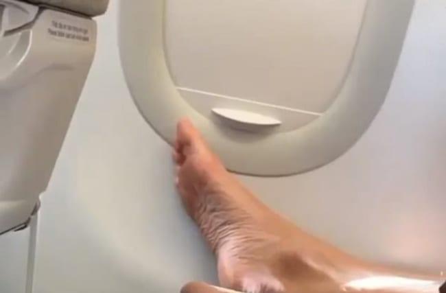 飛行機に乗っていたら、後部座席から裸足が・・・【映像】