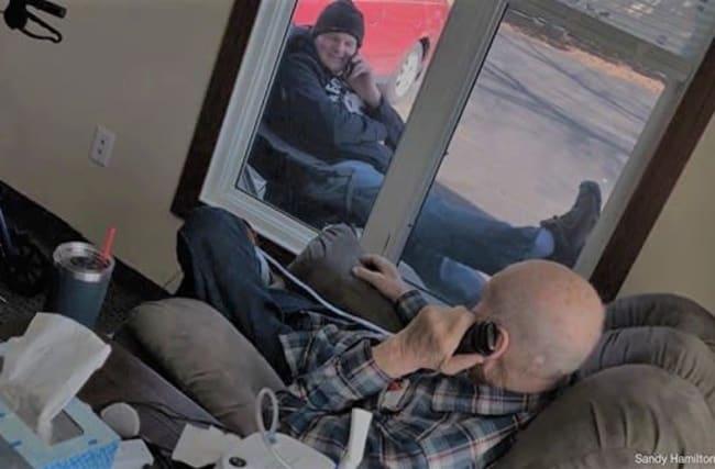 面会禁止となった介護施設で、窓越しに会話をする親子の写真が感動的と話題に