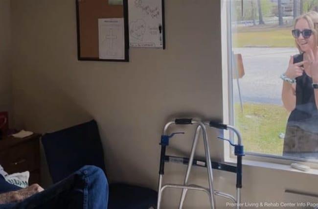 米国の女性が、老人ホームで暮らす祖父に窓越しで婚約を報告