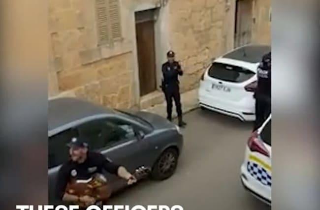 ギターを持って隔離中の住民たちに歌を贈る、スペインの警察官【映像】