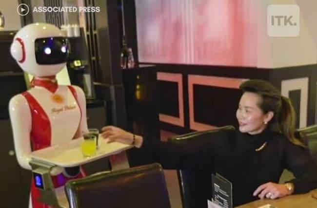 オランダのレストランでロボットのウェイターが活躍!