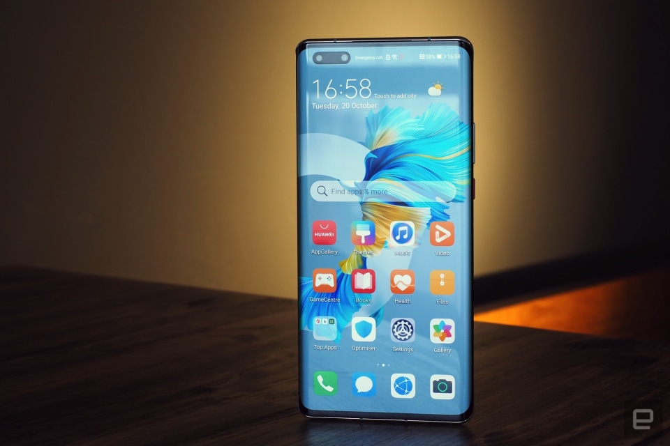 Hands-on image of the new Huawei Mate 40 Pro an EMUI 11 smartphone with incredible camera.