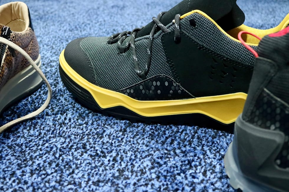 f7d3d1414f14 These smart shoes alert you if your grandma falls