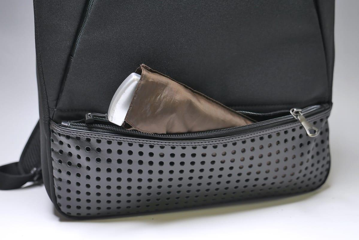 パンチングポケットには薄い折りたたみ傘が定番でしたが、配置を変えたほうがよさそう