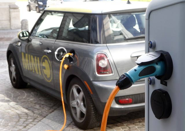 A BMW Mini electric car is charged at a station downtown Munich March 29, 2012.  REUTERS/Michael Dalder (GERMANY  - Tags: BUSINESS ENVIRONMENT)