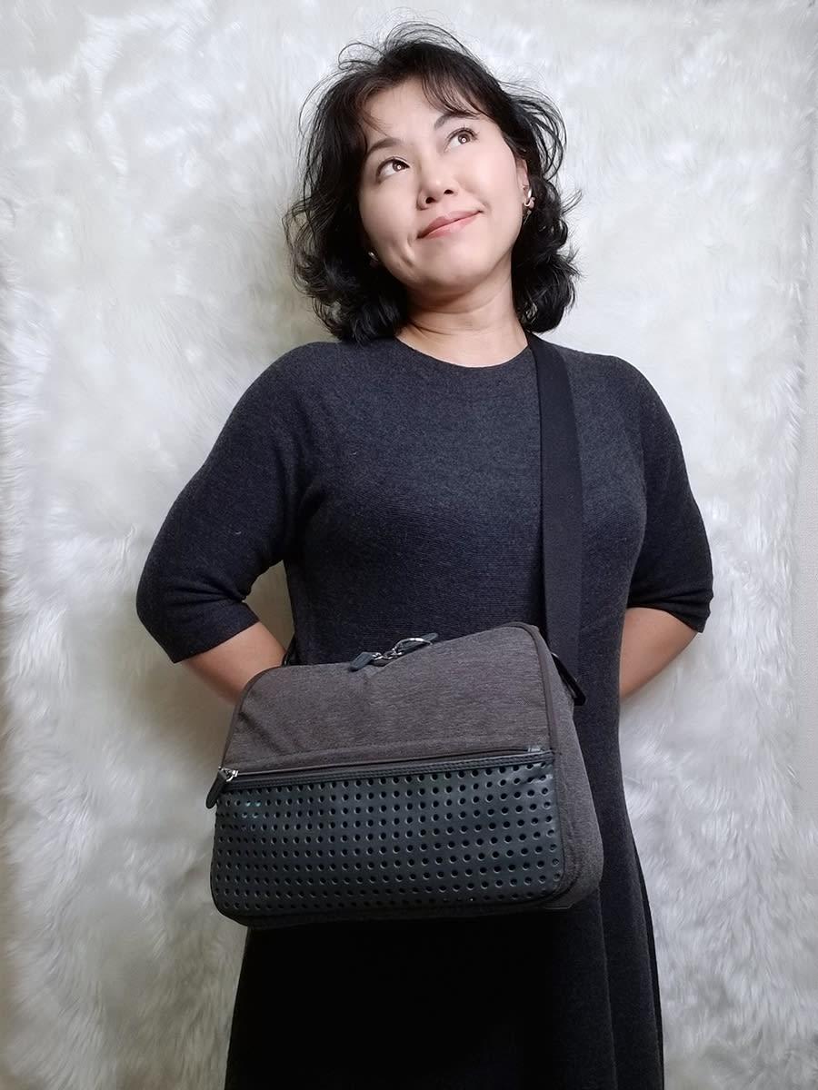 ひらくPCバッグ nanoは女性でも斜めがけしやすいサイズとバランス