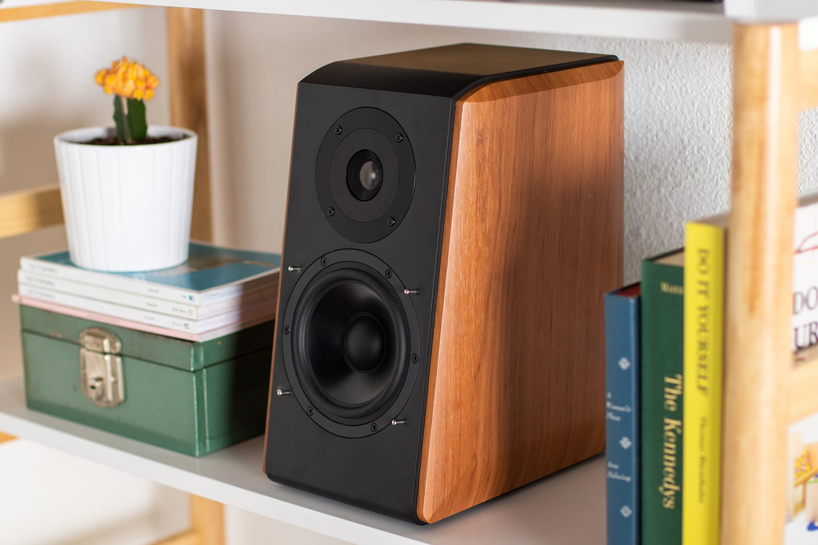 Wireless bookshelf speaker