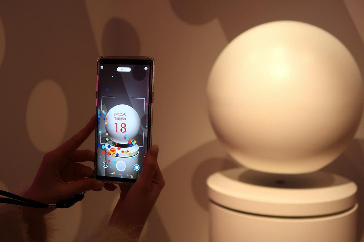 球体にカメラを向けると、スマートフォンに肌診断の結果が表示されます。自分の肌年齢を知られたくない方は安心!