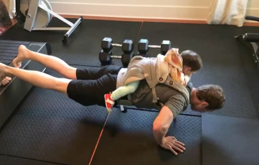 Zuckerbergs Liegestütze mit Kind